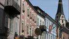 bunte Fassaden und Kirche im Hintergrund - Screenshot HD-Video Bad Ischl